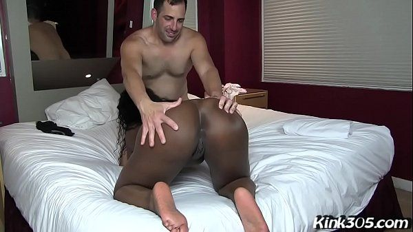 Mulher pelada dando a buceta preta para o homem guloso que fode forte