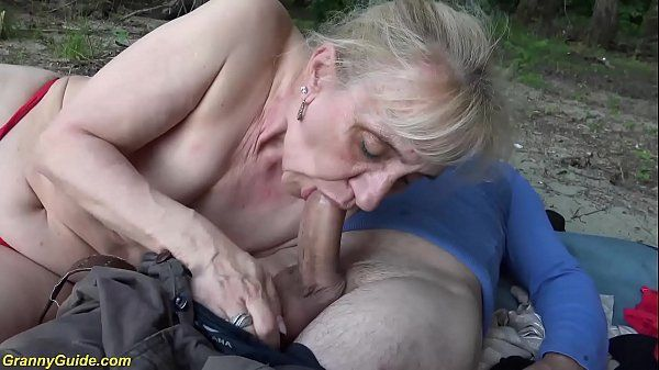 Coroa pelada fazendo sexo no meio do mato