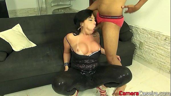 Soraya Carioca engolindo vara grossa